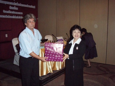 Choosri国際部長より、Atthachak博士への記念品贈呈