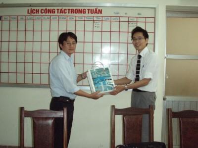 Dr. Truongに記念品を贈呈