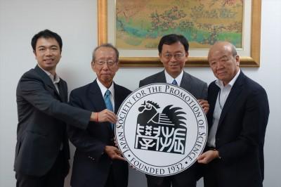 左から副センター長、柿原アドバイザー、津澤所長、センター長