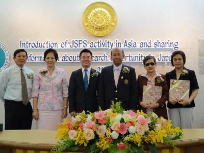 左からDr. Danai、Dr. Uthairat所長、センター長、Dr. Sornprach副学長、Dr. Busaba、Dr. Sukanya
