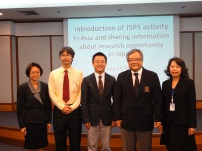 左から Dr. Wipawan、Dr. Boonchai、センター長、Dr. Skorn 学部長、Dr. Sukumal副学部長
