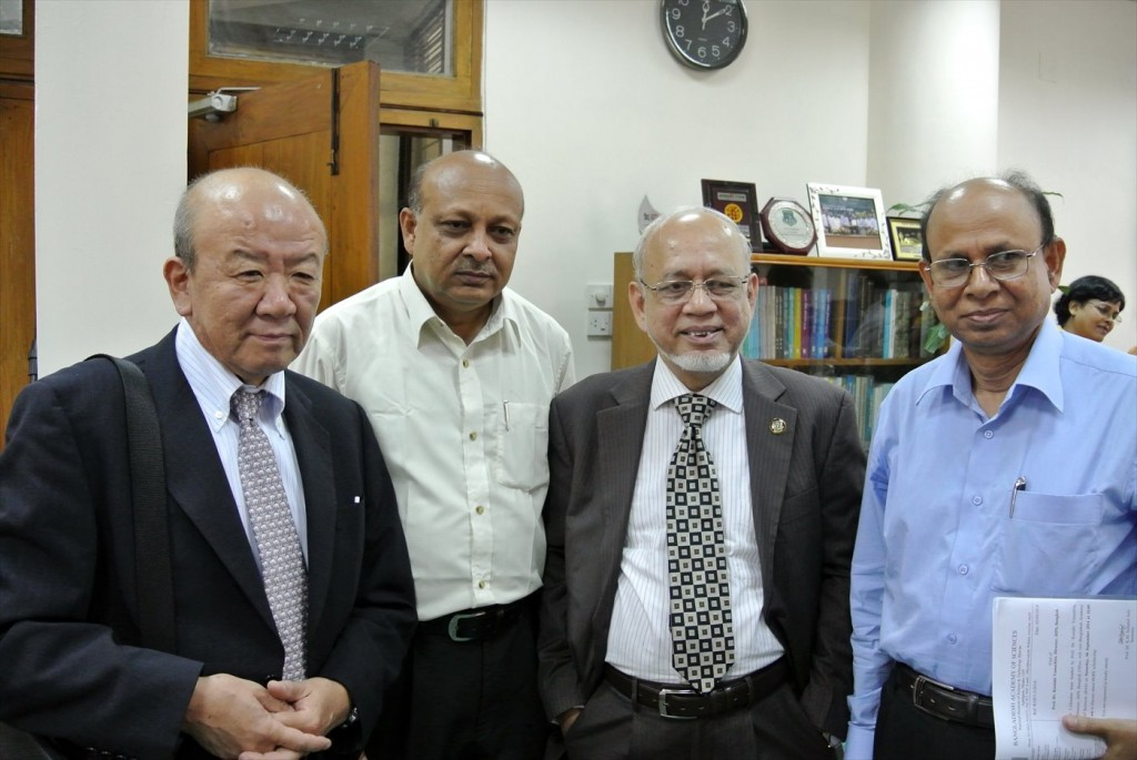 会議終了後、Khondaker同窓会事務局長、Prof. Dr. Rafiqul. Hoqueバングラデシュ農業大学長、Hossain同窓会長