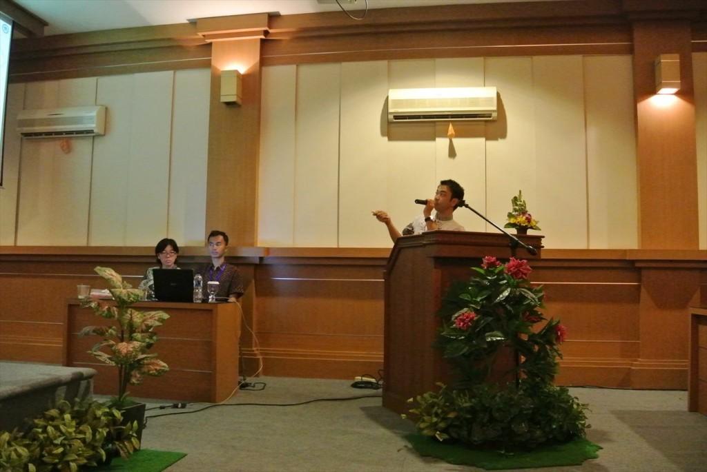JSPS国際交流プログラムを説明する副センター長