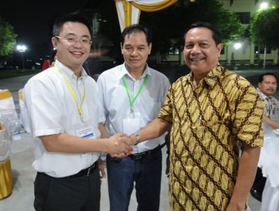 センター長、右がProf. Dr. Kumpiady Widen副学長
