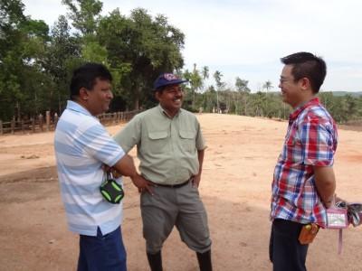 左から、Mr. Bandula、Dr. Chandana、センター長