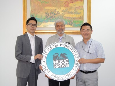 左から、副センター長、Dr. Indra、センター長