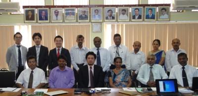 前列左からDr. Lal Samarakoon AIT教授、Mr. Ajith副センター長、貫井氏、Mrs. Ellepola所長。所長の後ろがMr. Bandula