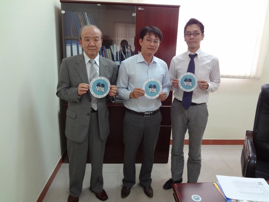 左から、センター長、Dr. Truong、副センター長