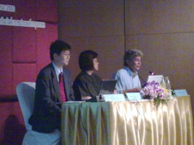 3名での質疑応答の様子。左から櫻井書記官、Sukanya博士、Atthachak博士
