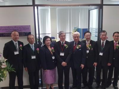 左2人目より、大山学長、Wacharaporn学部長、小島大使、大橋会長、Pirom学長