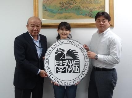 左よりセンター長、島田さん、富田助教