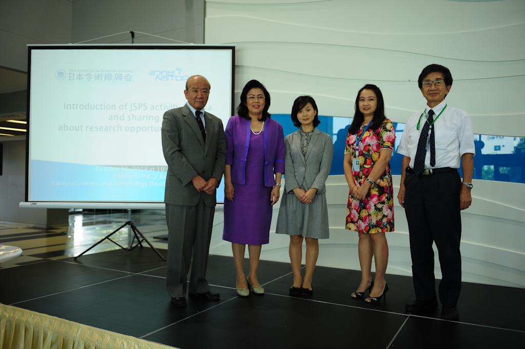 左よりセンター長、Dr. Chadamas 筆頭副理事長、Dr. Patharaporn 国際事業部長、国際協力員、森村拠点長