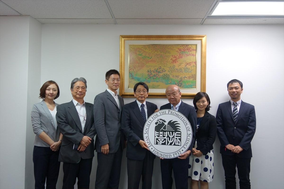 左より岸田調査員、西川主任調査員、小林JSTシンガポール事務所長、伊藤国際担当執行役、センター長、国際協力員、副センター長