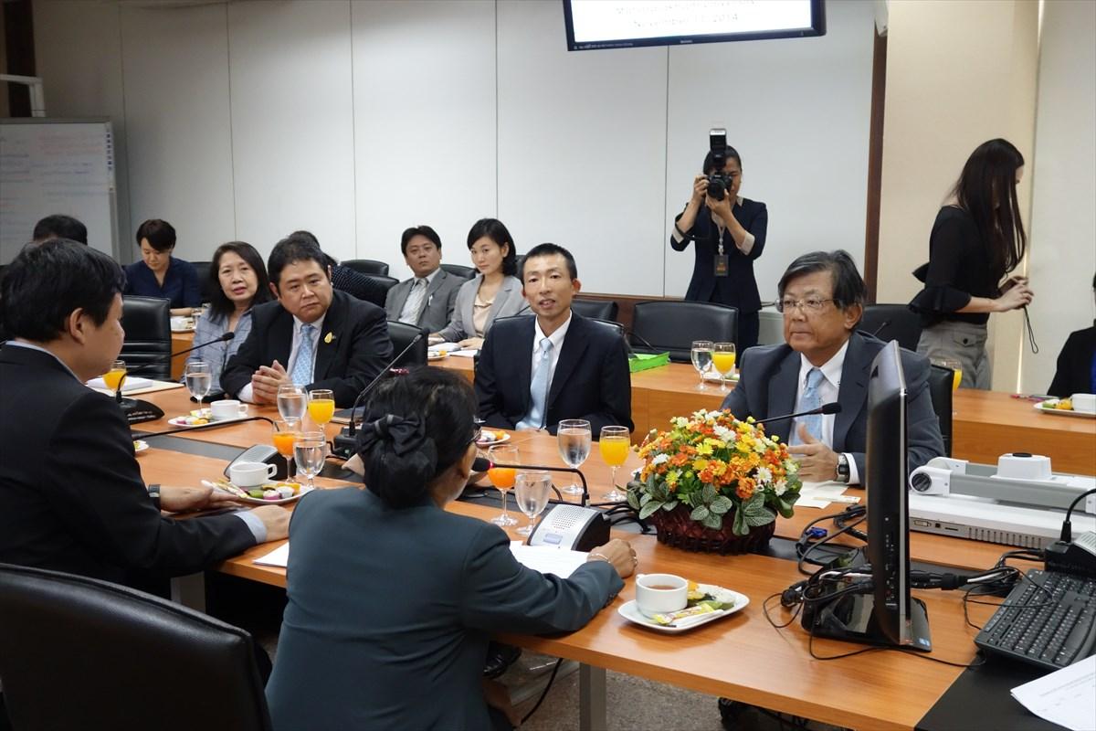 副学長と対談する佐藤大使(右端)