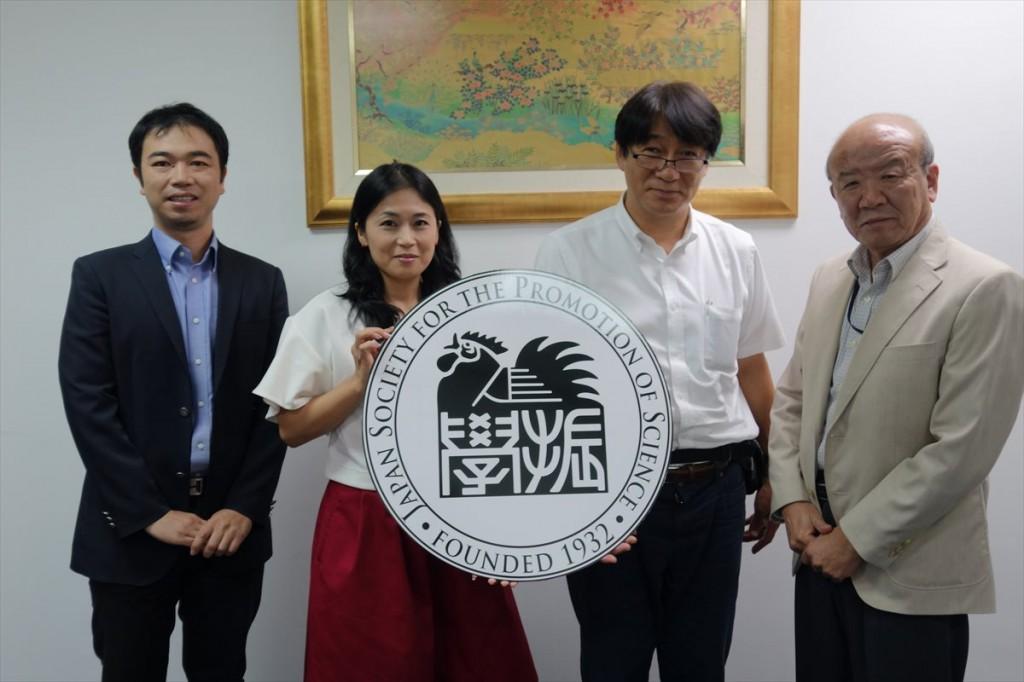 左から副センター長、矢田係長、新納教授、センター長