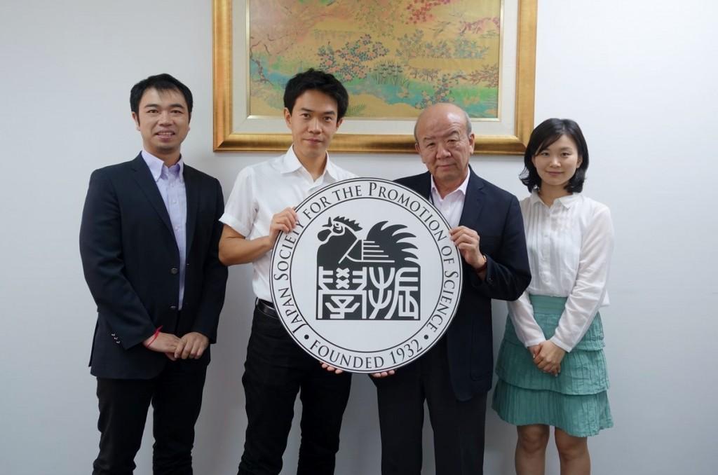 左から副センター長、飯島主任、センター長、国際協力員