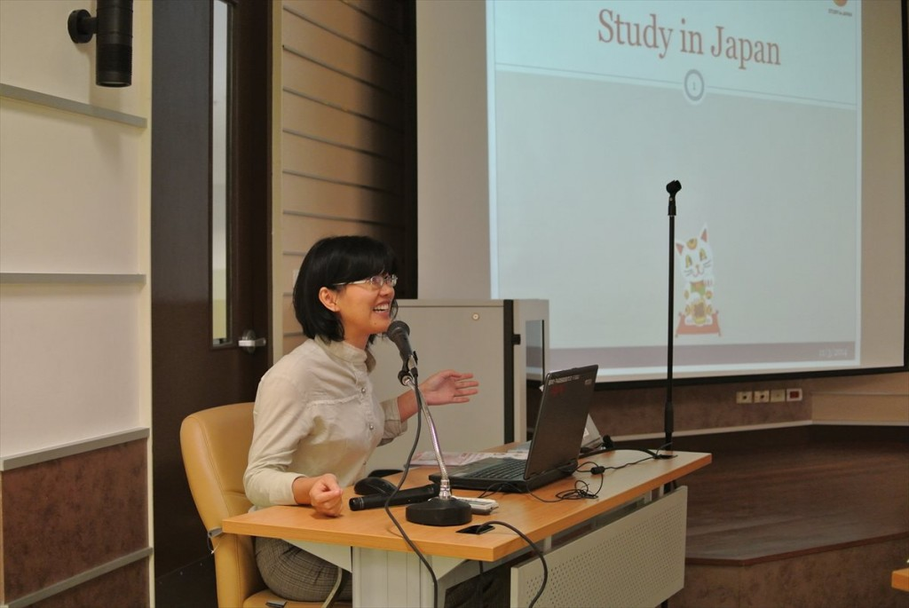 JASSOの奨学金事業を説明するNuntaporn職員