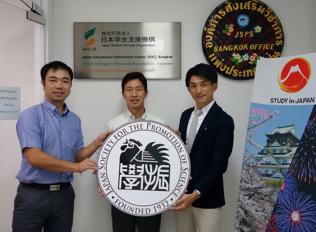 先にJASSOと打ち合わせを行っていた東京国際大学Eトラック推進室の吉田孝瑞さんと一緒に写真を撮影しました。  左から副センター長、杉山課長、吉田さん