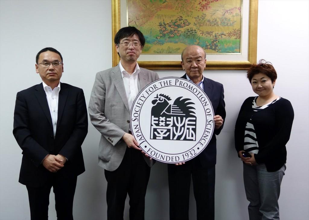 左から鴨志田補佐、川野辺国際本部副本部長、センター長、佐藤国際オフィサー