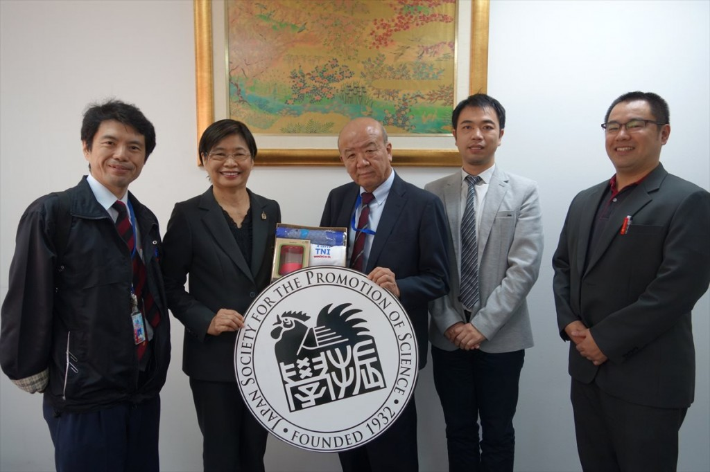 左から水谷講師、Porn-anong副学長、センター長、副センター長、児崎氏