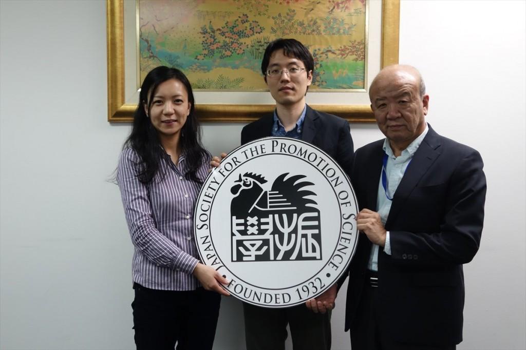 左より柏崎助教、佐藤学術支援専門職員、山下センター長