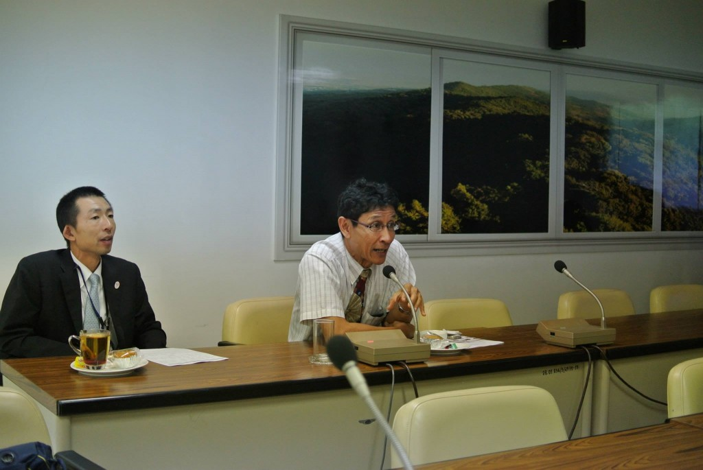 Dr. Sompongによる講演(左は俵書記官)