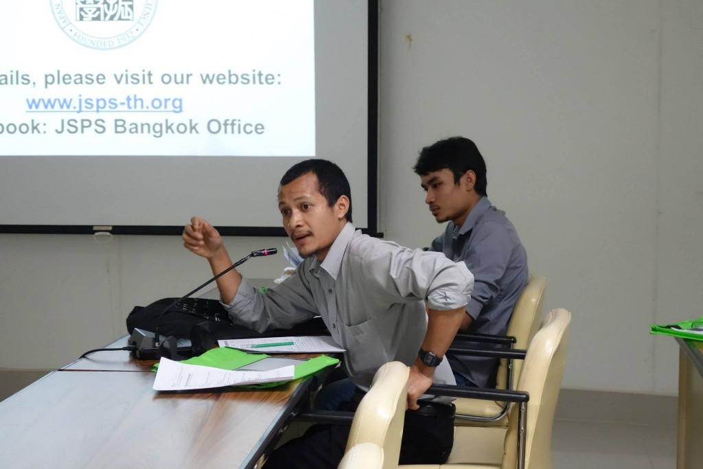 俵書記官に文部科学奨学金について質問する参加者