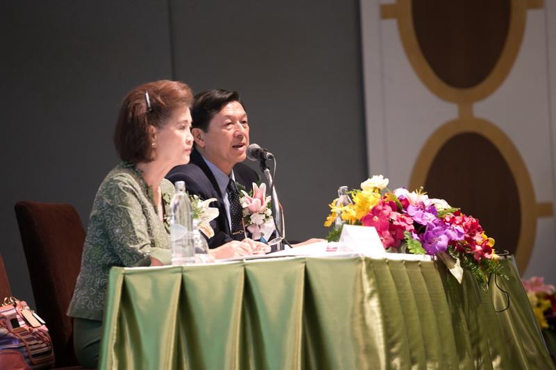 左よりDr. Sunee会長とDr. Danai事務局長