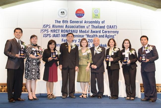 6名のメダル受賞者と Kristhawat 副事務局長、Dr. Sunee会長、山下センター長