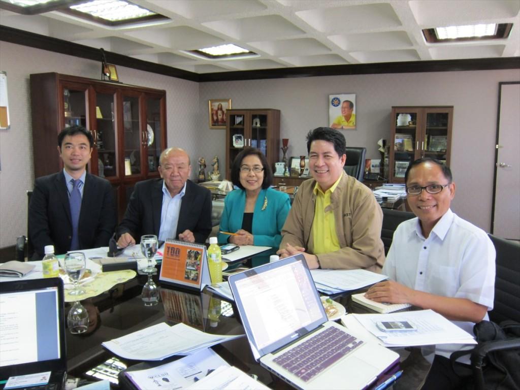 左から副センター長、センター長、DOST事務次官、JAAP会長、同事務局長
