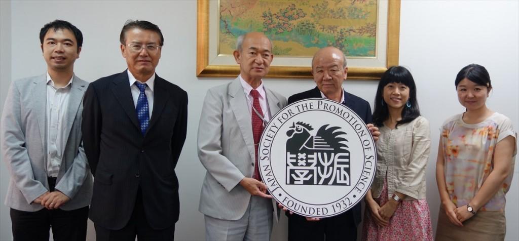 左から山田副センター長、松浦理事、小出常務理事、山下センター長、坂下職員、辻国際協力員