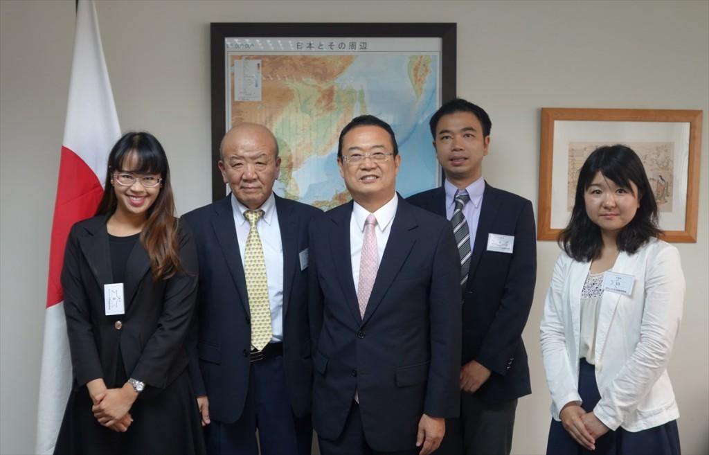 左からNatthidaリエゾンオフィサー、山下センター長、青木総領事、山田副センター長、辻国際協力員