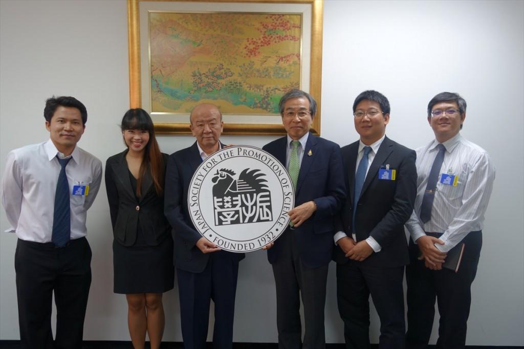 左からDr. Surapong、Natthidaリエゾンオフィサー、山下センター長、吉川教授、Dr. Ungon、Dr. Nopadon