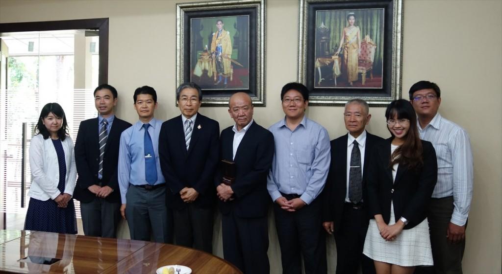 左から辻国際協力員、山田副センター長、Passawat副学長、吉川教授、山下センター長、Dr. Ungon、伊藤教授、Natthidaリエゾンオフィサー、Dr. Nopadon