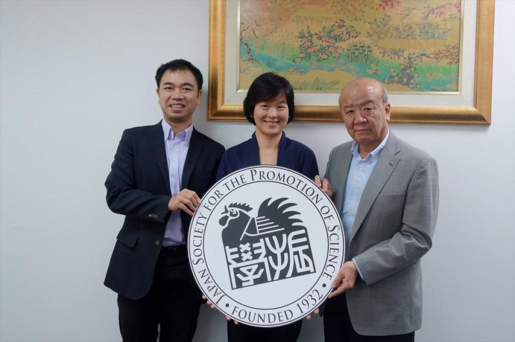 左から山田副センター長、Dr. Duangjai、センター長