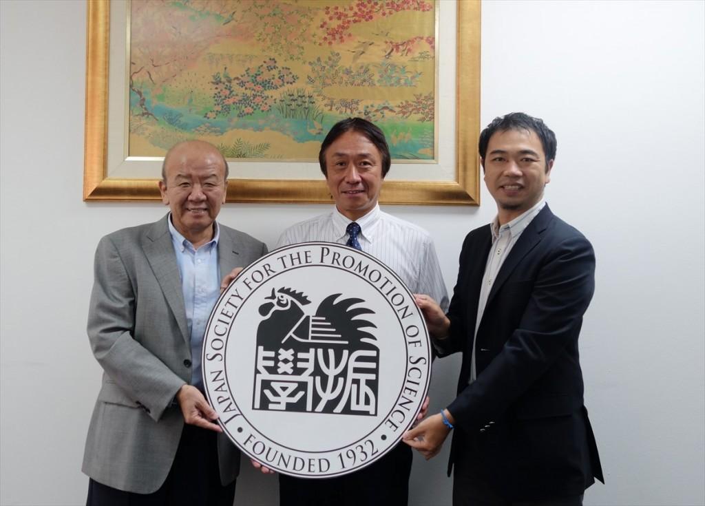 左から山下センター長、片山教授、山田副センター長