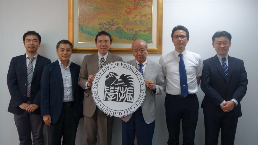 左から山田副センター長、田村副部長、前田副学長、山下センター長、西澤教授、武市主任