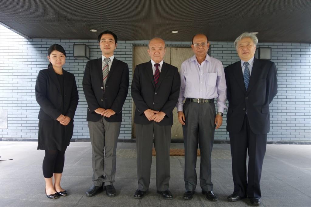 左から辻国際協力員、山田副センター長、山下センター長、Hossain会長、渡邉大使