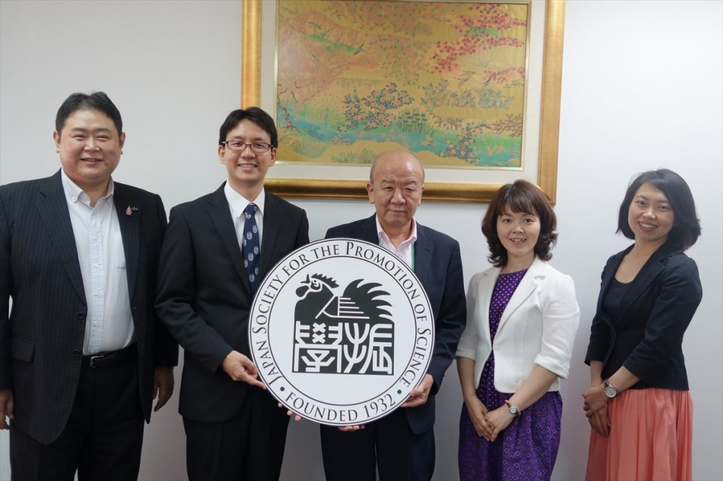 左から江藤客員教授、日向特任助教、山下センター長、中安特任職員、古屋副センター長