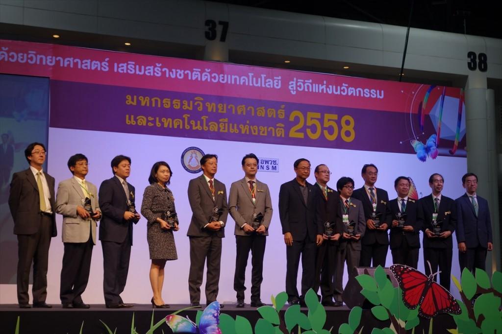 日本パビリオン参加組織の代表者とピチェート大臣