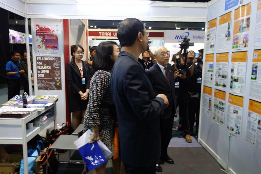 科学技術省ピチェート大臣、佐渡島大使にJSPSのブースを説明