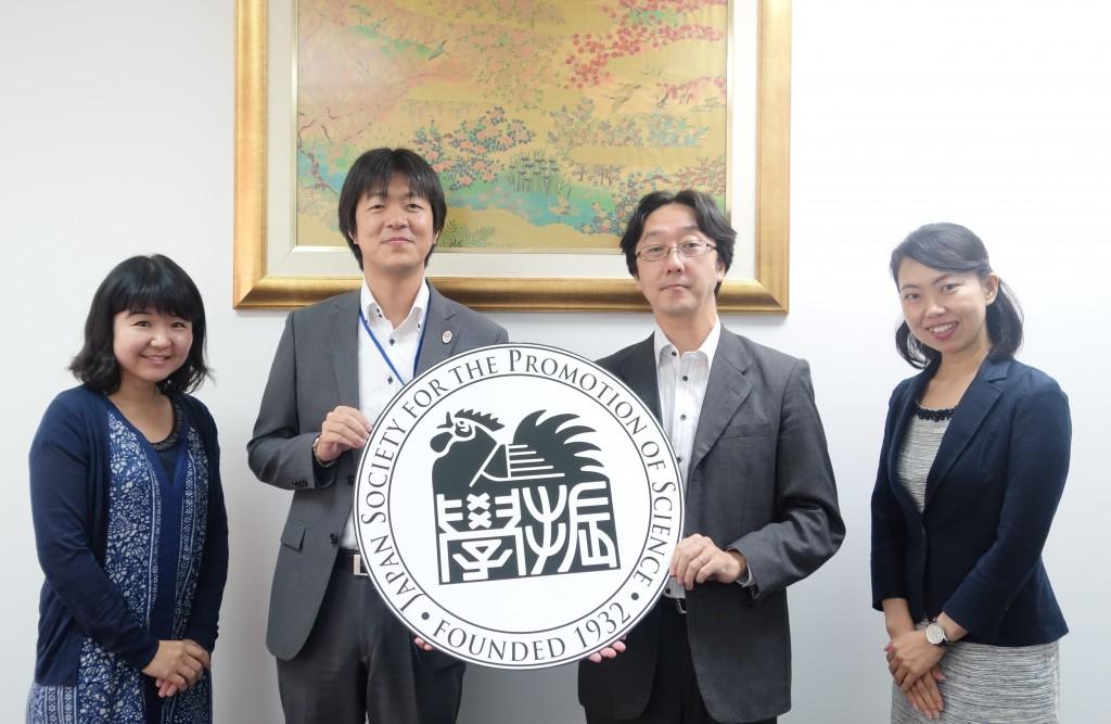 左から辻国際協力員、寺島書記官、恩賀書記官、古屋副センター長
