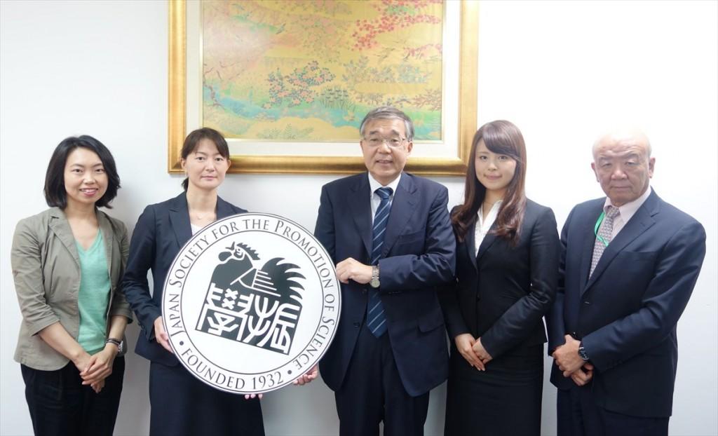 左から古屋副センター長、弘前大学今係長、和氣副学長、佐藤職員、山下センター長