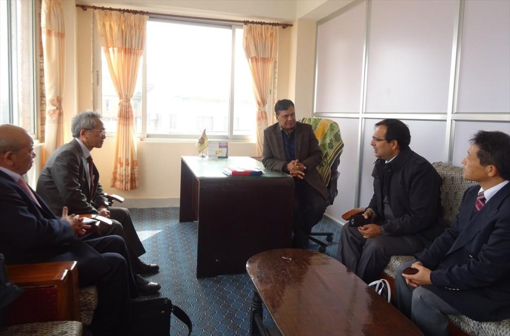 左から山下センター長、家理事、Khaniya副学長、Ranjan副会長、樋口人物交流課長