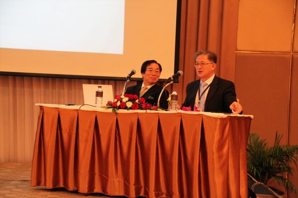 左から鈴木教授、Kim所長