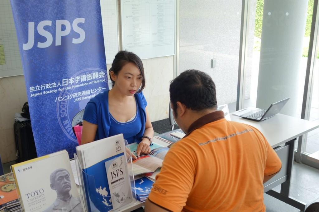 JSPSバンコク研究連絡センターのブースの様子