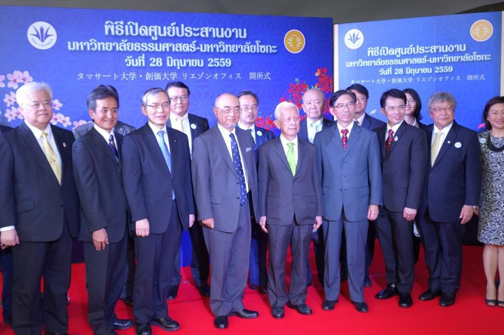 記念撮影の様子(前列左3番目から順に馬場学長、佐渡島大使、Noranit議長、Somkit学長、Dumrong教養学部長)