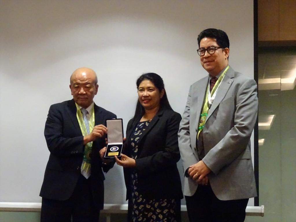 Dr. Shelah Mae B. Ursuaにメダルを授与する山下センター長とMontoya会長