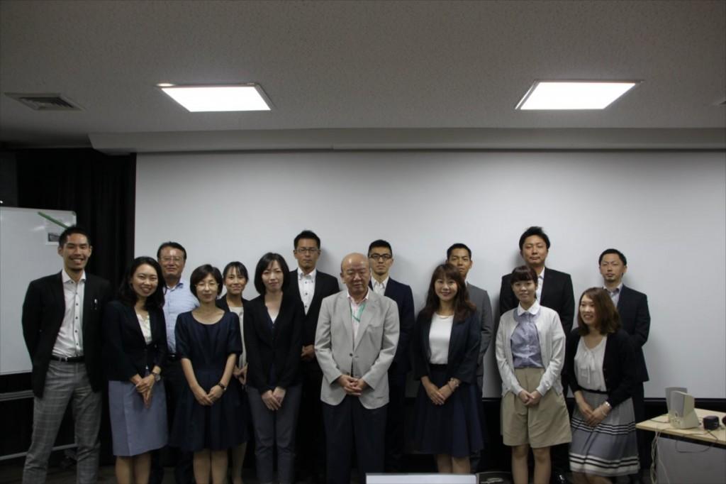 福井工業大学職員との集合写真