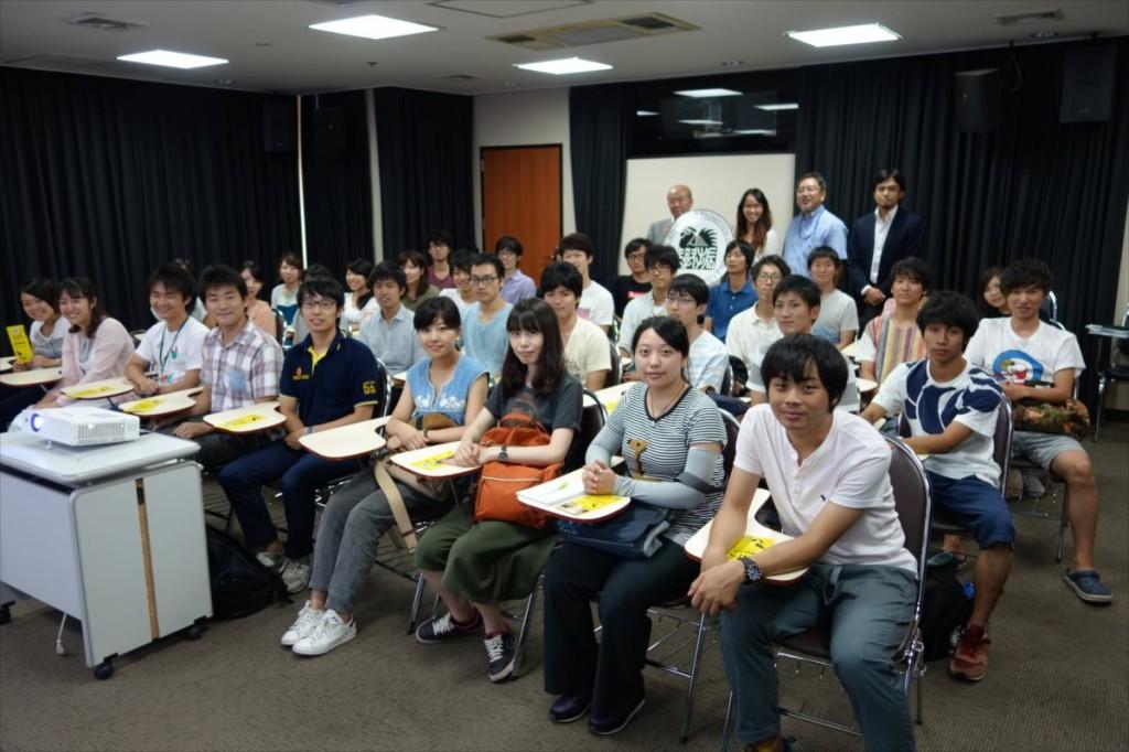 学生らとの集合写真